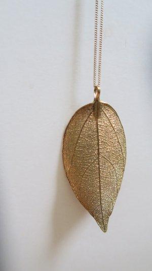 goldene Kette mit Blattanhänger