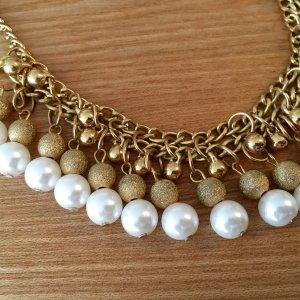 Goldene Kette mit Perlen