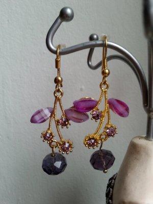 Goldene Ohringe mit rosa Steinchen und lila Kugeln