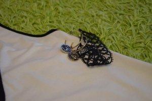 Goldene Ohrringe mit dunklen Steinen