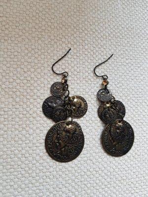 Goldene Ohrringe mit Münzen