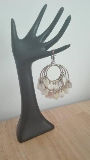 Goldene Ohrringe mit Perlmuttanhängern