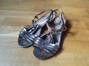 Goldene Sandale mit süßen Details