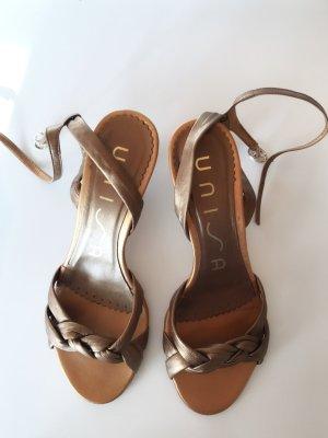 Goldene Sandalen mit kleinem Absatz