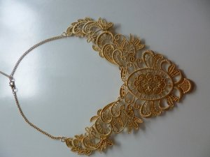 Goldene Statementkette mit schönem verschnörkeltem Muster