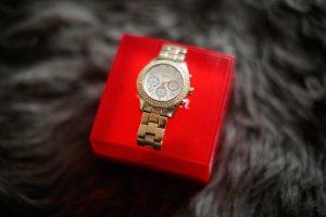 Goldene Uhr mit Strasssteinen und Gliederarmband