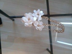 goldenen Statementkette mit weißen Blumen