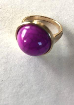 Goldener Ring mit pinkfarbenem Schmuckstein