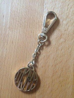 Goldener Taschenanhänger von DKNY