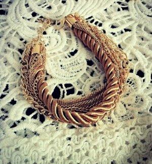 goldenes Armband, mehrere Ketten