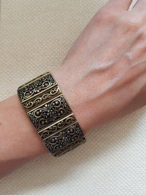 Goldenes Armband mit vielen Verzierungen