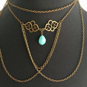 Goldfarbene Halskette mit blauem Stein