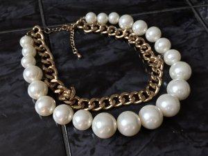 Goldfarbene Halskette mit Perlen