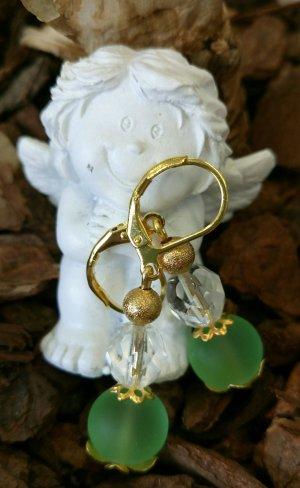 Goldfarbene Ohrhänger mit grünen Glasperlen