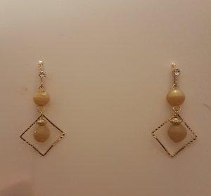 Goldfarbene Ohrhänger mit Rauten-Anhänger und beigen Perlen (Selbstgemacht)