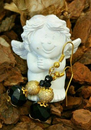 Goldfarbene Ohrhänger mit schwarzen Glasperlen