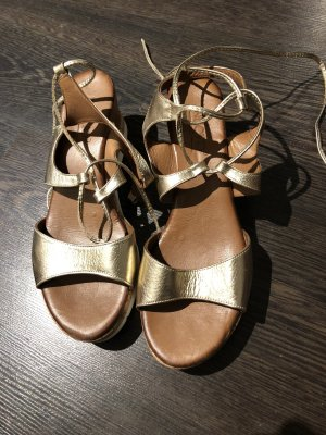 Goldfarbene Sandalette mit Keilabsatz