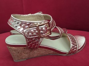 Goldfarbene Sommer-Sandaletten mit Keilabsatz / Neu + ungetragen