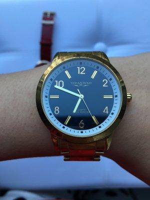 Goldfarbene Uhr schwarz Ziffernblatt