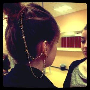 goldfarbener Haar und Ohrschmuck