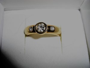 Goldfarbener Ring  Klassiker mit 3 Steinen Ganz Pur  18 mm