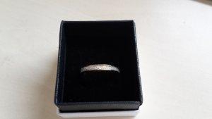 goldfarbener Ring mit weissen Steinen
