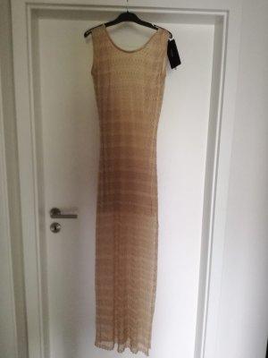 Goldfarbenes Kleid.