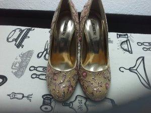 Goldige High Heels mit Blumenstick