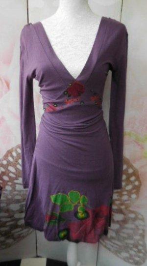 Gr.  36 evt. 34 Desigual violettlila Kleid Rockteil doppeltes Material.  55% Baumwolle 45% Viskose  Anliegender Schnitt. Damit der Taillenbändel richtig platziert ist, wird die Taille, wie bei der Büste,  gerafft getragen. Bei grösseren Damen ist dann hal