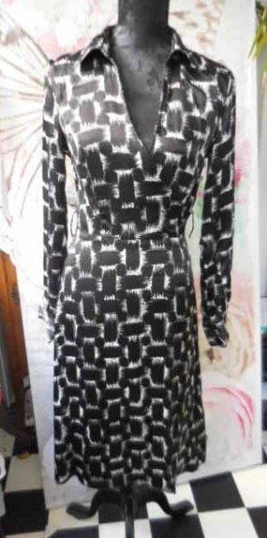 """Gr. 36 MEXX Kleid schwarz weiss Glanz sehr guter Zustand Masse siehe Bild 5 das Kleid ist nicht dehnbar, der Ausschnitt ist """"offen"""" sieht man besser auf Bild 2"""