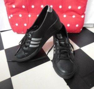 Gr. 38,5 Adidas Neo schwarz(silber mit Keilabsatz sehr guter Zustand passt evt. auch bei 38, nicht so viel getragen sehr hoher Neupreis......