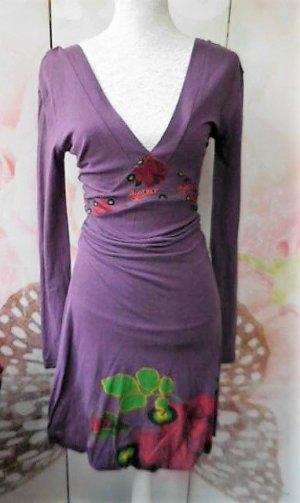 Gr. 38 evt. 36 Desigual violettlila Kleid sehr guter Zustand anliegender Schnitt wenn man gross ist rafft sich das Material nicht in der Taille d.h. damit der Bändel richtig platziert ist, wird die Taille wie bei der Büste bei einer kleineren Damen geraff