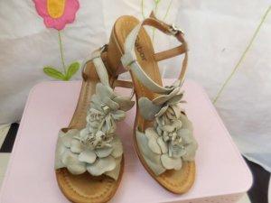 Gr. 38 Gabor süsse Blumen Sandalen in grau passen sie zu allem, super Zustand Wildleder, sehr sommerlich! Absatz 7,5cm hinten aussen gemessen PS: Habe noch ein paar wenige andere Schuhe in Gr. 38 die endlich mal wieder getragen werden möchten....  Kleidun