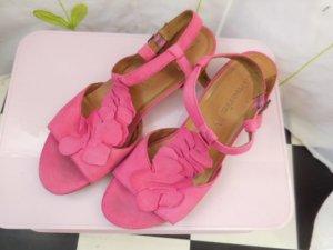 Gr. 38 Tamaris sommerliche pinke Sandalen mit kleinem Absatz Wildleder, sehr sommerlich! Innensohle misst etwa 24.5cmPS: Habe noch ein paar wenige andere Schuhe in Gr. 38 die endlich mal wieder getragen werden möchten....  Kleidung und Taschen auch