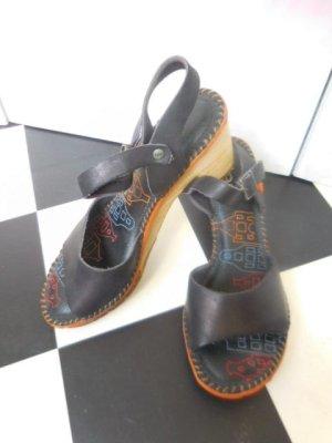 Gr. 38 The ART Company Sandalen schwarz Leder,  breiter Absatz sehr wenig getragen,  haben etwa 110Euro gekostet. PS: Habe noch ein paar wenige andere Schuhe (auch von Art)  in Gr. 38 die endlich mal wieder getragen werden möchten.... Kleidung und Taschen