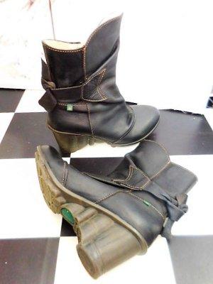 Gr. 39 El Naturalista Leder Stiefelette schwarz ungefüttert sehr wenig getragen  Absatz 7cm da ist noch dieser Rand mit dem sind es 7,7cm, spezielle Absätze  sind gerade voll modern sind.  PS. Andere tolle Markenschuhe in 36-41 sind schon eingestellt