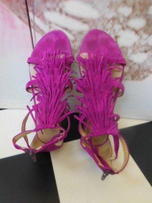 Gr. 39 Magenta Fransen Sandalen flach Wildleder Knöchelriemchen mit Reissverschluss an der Verse. sehr guter Zustand nicht oft getragen PS: Habe noch ein paar wenige andere Schuhe in Gr. 38 und 39 die endlich mal wieder getragen werden möchten.... Kleidun