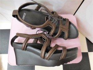 Gr. 40 CAMPER braune Keil Leder Sandalen hoher NP sehr guter Zustand Innensohle 27cm PS: Habe noch ein paar wenige andere Schuhe die endlich mal wieder getragen werden möchten.... Kleidung und Taschen auch