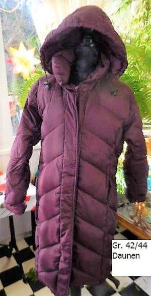 Gr. 42 DAUNEN Mantel schön warm, steht einer eher grössren Dame besser  Farbton: Aubergine, sehr guter Zustand