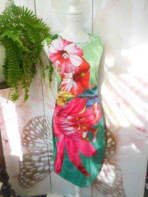 Gr. M Desigual Kleid Blumen sehr guter Zustand passt evt. auch bei S Taille etwas gerafft Polyester darum sehr dehnbar macht eine sexi Figur mehr tolle Teile (auch von desigual) sind schon eingestellt