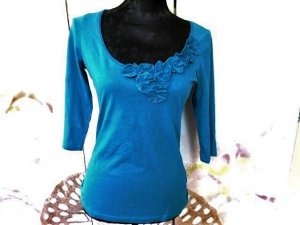 Gr. XS / S Shirt in petrolblau 3/4 Ärmel und Blümchen Appilkationen farblich wie auf dem Bild mit dem Etikett sehr guter Zustand