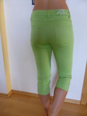 grasgrüne Drei-Viertel-Hose