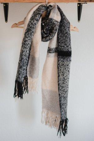 Grau beiger Schal mit Fransen