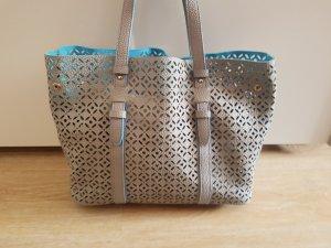 grau-blaue Handtasche