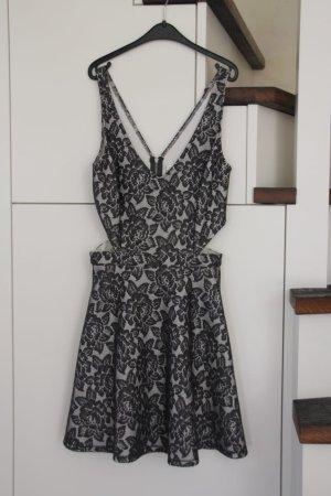 Grau, Creme farbenes Kleid mit spitzen Blumen
