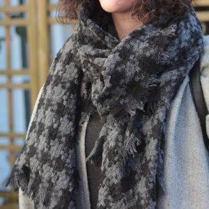 Grau-schwarz karierter Schal