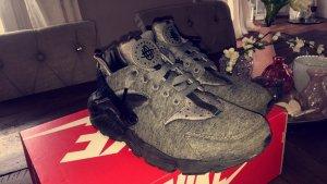 Grau/Schwarze Nike huarache in der Größe 42.5
