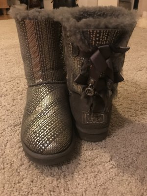 Grau silberne getragene ugg boots