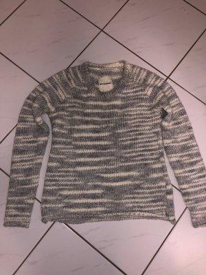 Grau weiß gehäkelter Pullover von Rockamora