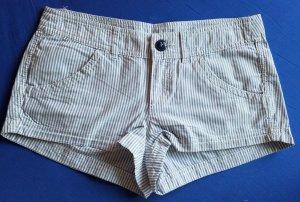grau weiß gestreifte Shorts